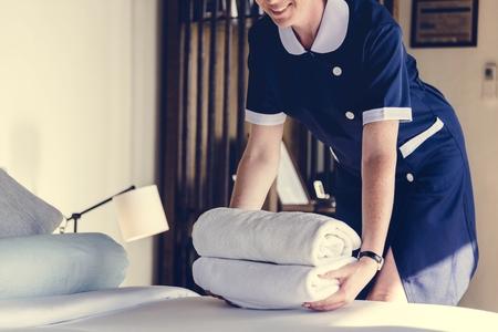 Huishoudster die een hotelkamer schoonmaakt