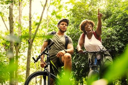 Par en bicicleta en el bosque Foto de archivo