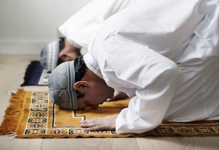 Moslimmannen bidden tijdens Ramadan