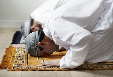 Muslim men praying during Ramadan Stockfoto