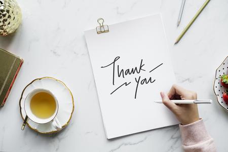 Mujer escribiendo una nota de agradecimiento