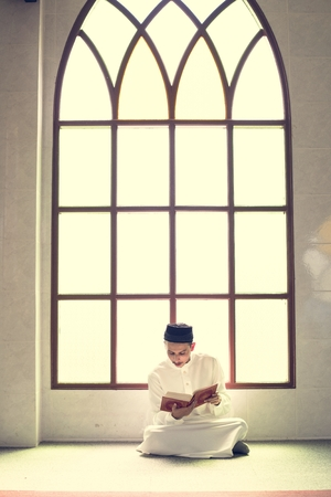 Muslim man studying The Quran Stockfoto