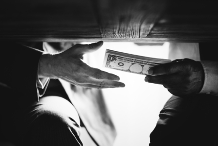 Hands passing money under the table corruption and bribery Archivio Fotografico