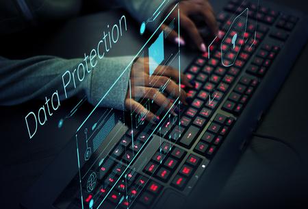Programmatore che lavora per prevenire virus informatici