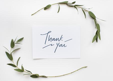 Biglietto di ringraziamento in una decorazione di piante verdi Archivio Fotografico