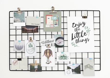 Cartolina di viaggio e stile di vita impostato su un rack
