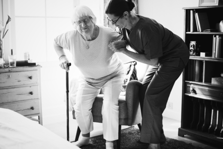 Nurse helping senior woman to stand Stockfoto