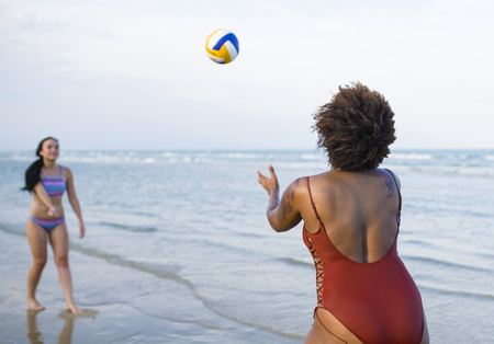 Women playing volleyball on the beach Imagens