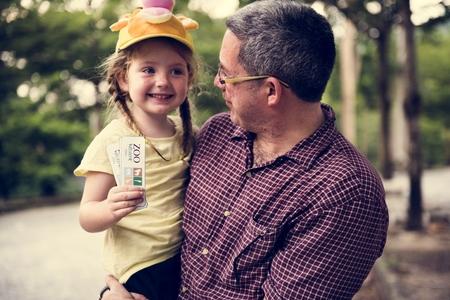 Vader met dochter in de dierentuin Stockfoto