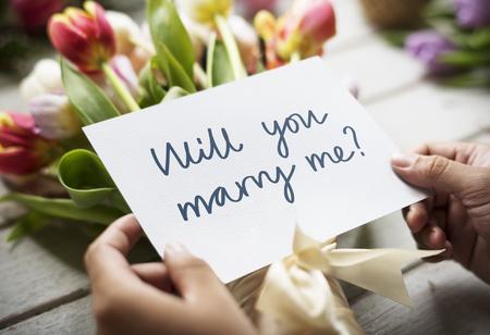 Blumenstrauß mit der Phrase willst du mich heiraten