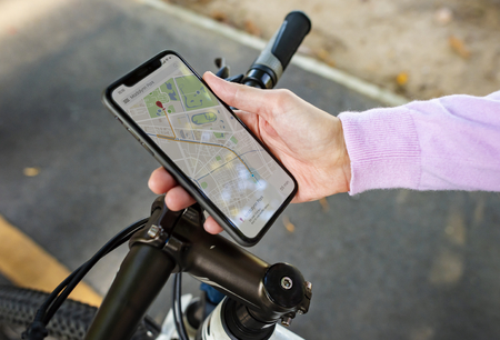 Navigation map on a smartphone screen Banque d'images - 103996833