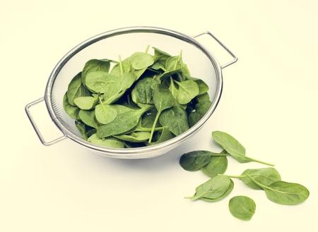 Foglie fresche di spinaci isolate su bianco Archivio Fotografico - 104003065