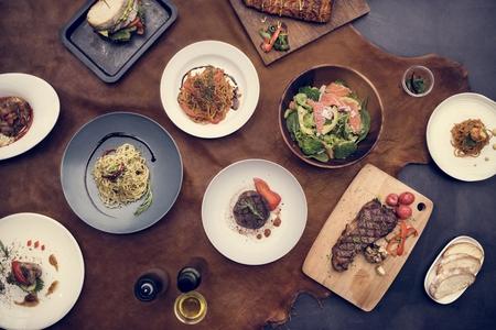 Gemengde Italiaanse voedselplaten op tafel Stockfoto
