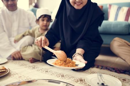 穆斯林家庭在地板上吃饭