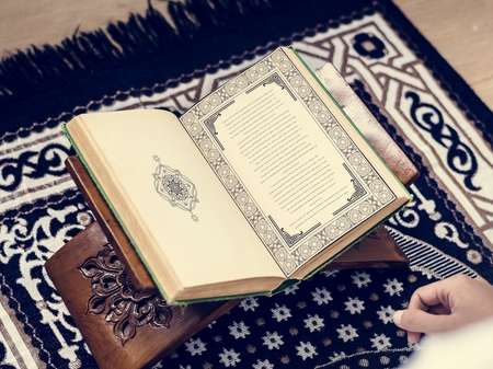Muslim man studying The Quran Foto de archivo