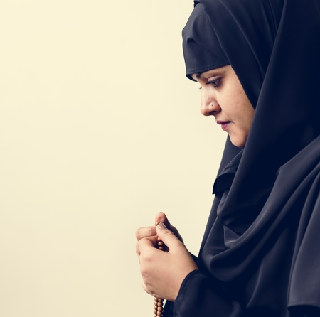 Muslim woman using misbaha to keep track of counting in tasbih Stock fotó