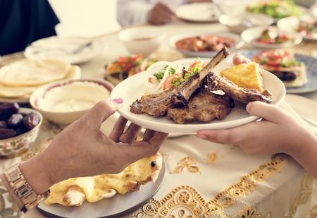 穆斯林家庭正在举行斋月盛宴