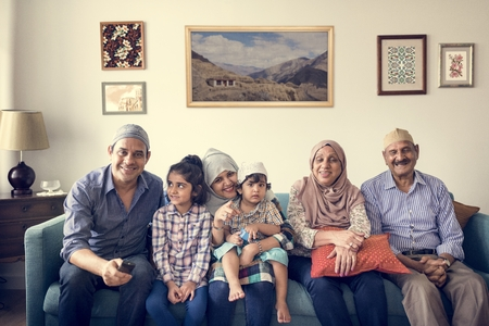 Familia musulmana relajante en el país Foto de archivo - 104036554