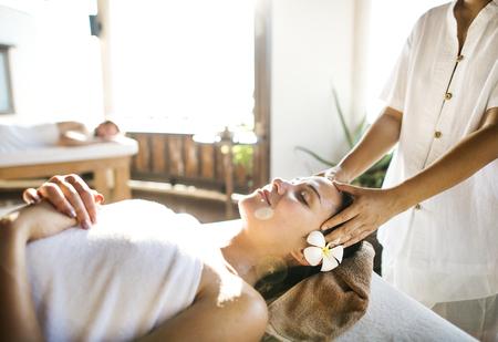 Femme relaxante d'un traitement spa