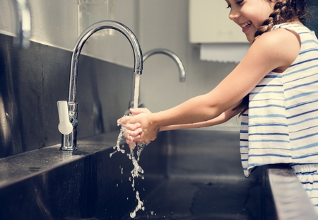 Niña, lavarse las manos