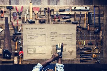 Vue aérienne de l'artisan charpentier avec plan de croquis de meubles
