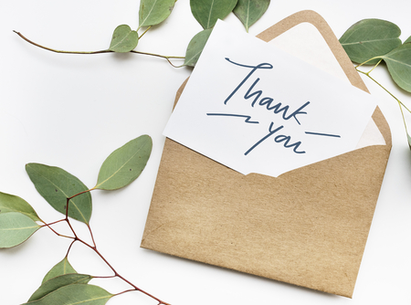Tarjeta de agradecimiento en un sobre Foto de archivo