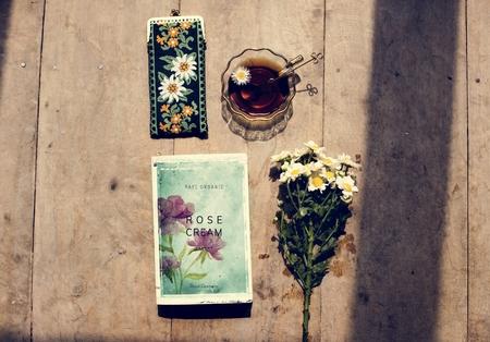 Vista aerea della tazza da tè con decorazione di fiori Archivio Fotografico