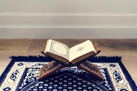 クルアーン、イスラム教の中心的な宗教的テキスト 写真素材 - 104737295