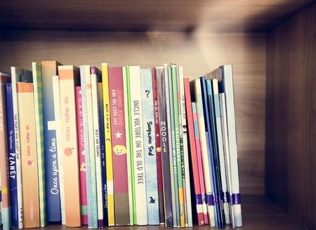 Kinderbücher in der Grundschulbibliothek Standard-Bild