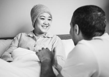 Ehemann unterstützt eine kranke Frau