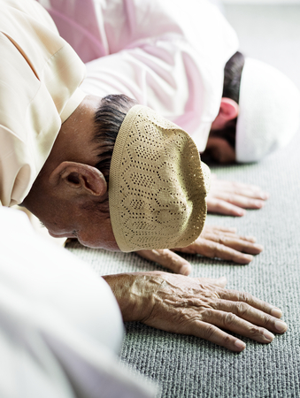 Muslim men praying during Ramadan Stock Photo - 105392001