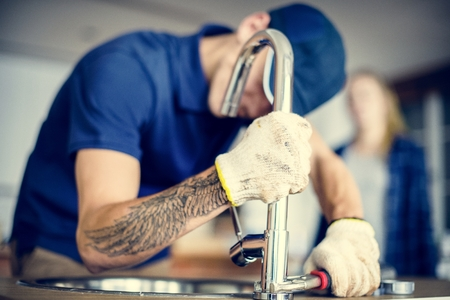Plumber fixing kitchen sink Banque d'images - 106300331