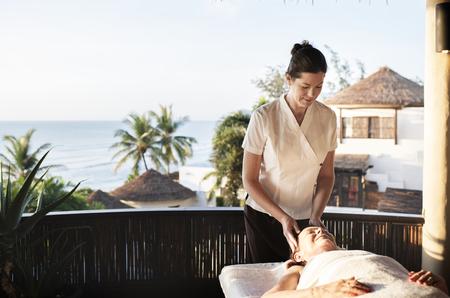 Massagetherapeut Massage in einem Spa Standard-Bild