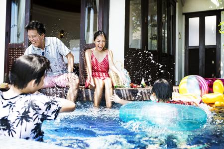 Famille jouant dans une piscine Banque d'images