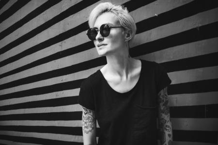 Portrait of a tattooed cool woman Foto de archivo - 106302218