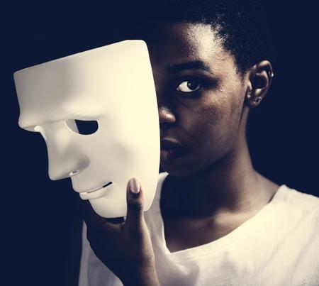Femme noire, tenue, masque blanc Banque d'images
