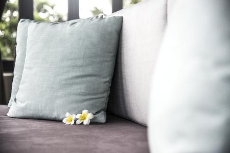 Bequemes Bett in einem Luxusresort Standard-Bild