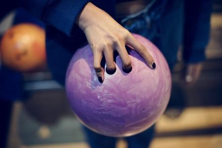 Grabbing the pink bowling ball Zdjęcie Seryjne