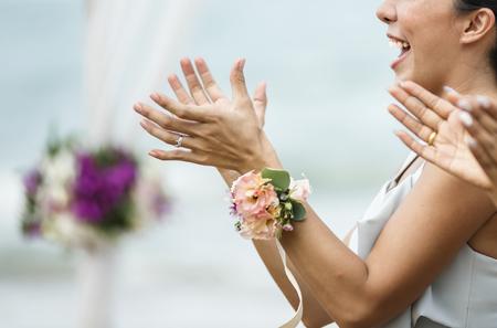 Hochzeitsgäste klatschen für Braut und Bräutigam