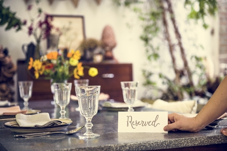Restaurant table setting service with reserved card Stockfoto