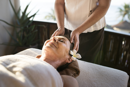 Female message therapist giving a massage at a spa Stockfoto