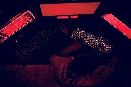 Hacker travaillant sur la cybercriminalité informatique