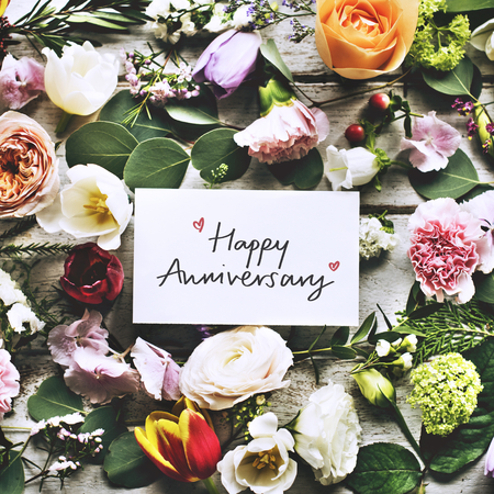 Happy Anniversary card and flowers Banco de Imagens