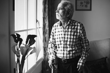 Een oudere Indiase man in het bejaardentehuis