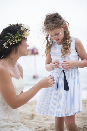 Petite demoiselle d'honneur lors d'un mariage sur la plage