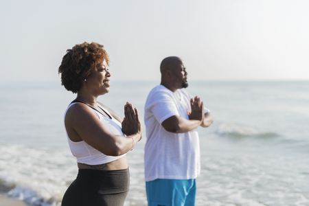 Afroamerikanisches Paar, das am Strand ausarbeitet