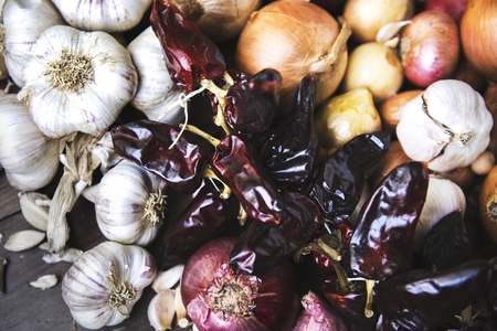 Garlics, onions, and dried chilies Stockfoto
