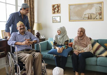 Familia musulmana relajándose en el hogar