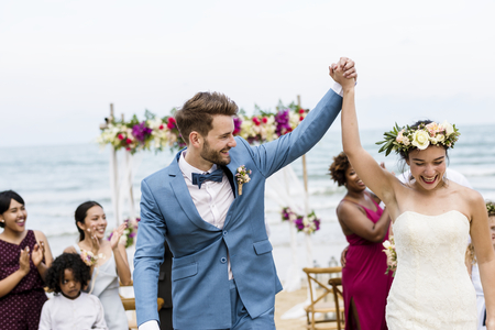 Cheerful newlyweds at beach wedding ceremnoy Banco de Imagens