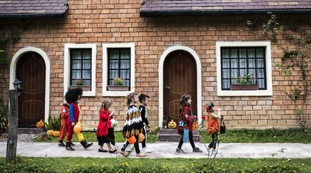 Young kids trick or treating during Halloween Stockfoto